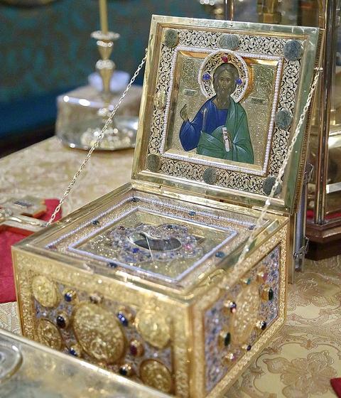 Ковчег с частицей мощей св. апостола Андрея Первозванного за богослужением в Троице-Сергиевой Лавре